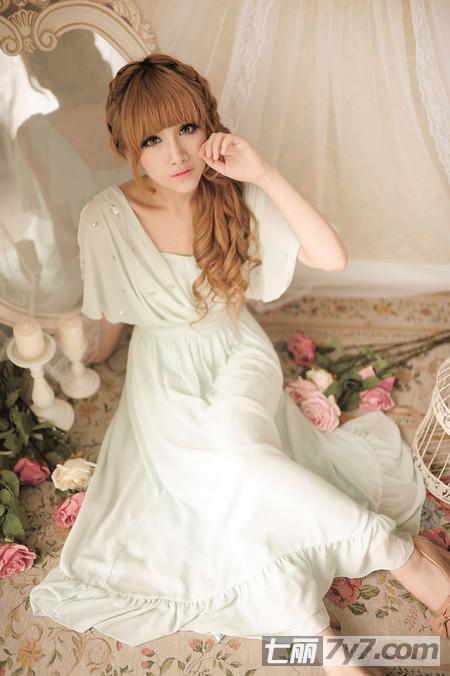 蕾丝下摆的设计很透明很甜美有仙系的感觉,整款连衣裙都是很修身的