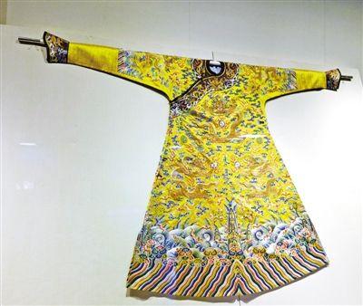展出的这件乾隆时期龙袍极为珍贵。