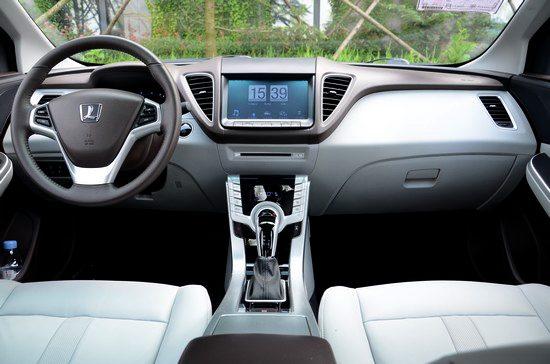 """纳智捷 5 sedan的驾驶座舱同样采用 """"智慧飞翼"""" 的造型概高清图片"""