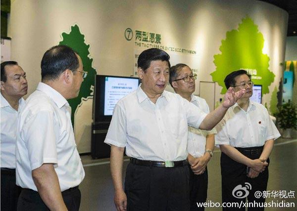 习近平22日上午来到武汉市民之家考察两型社会展览。