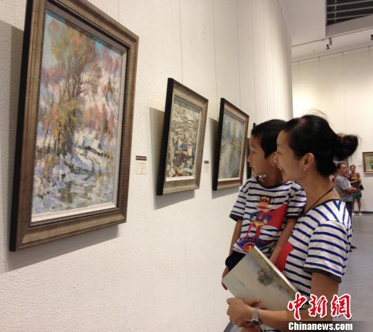 市民带着孩子前往俄罗斯油画珍藏巡回展参观。 孙权 摄