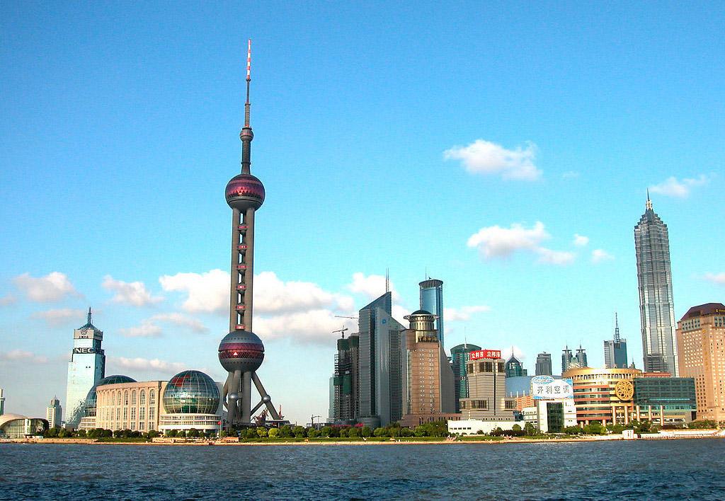 上海自贸区被视为中国经济增长的一大发动机 央视网(记者杜雨敖 报道)7月3日,国务院常务会议原则通过了《中国(上海)自由贸易试验区总体方案》。方案强调,在上海外高桥保税区等4个海关特殊监管区域内建设中国(上海)自由贸易试验区,是顺应全球经贸发展新趋势,更加积极主动对外开放的重大举措。 方案称,要进一步深化改革,加快政府职能转变,坚持先行先试,既要积极探索政府经贸和投资管理模式创新,扩大服务业开放;又要防范各类风险,推动建设具有国际水准的投资贸易便利、监管高效便捷、法制环境规范的自由贸易试验区,使之成为推