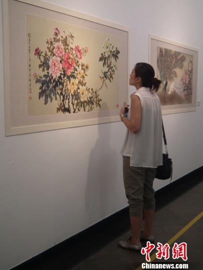 观众在卢清远的画作前驻足观看. 黄锦文 摄