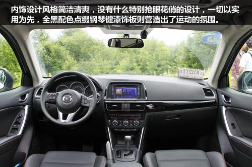仪表盘采用传统的三圆炮筒设计,其中最右侧为行车电脑显示屏,黑底白字
