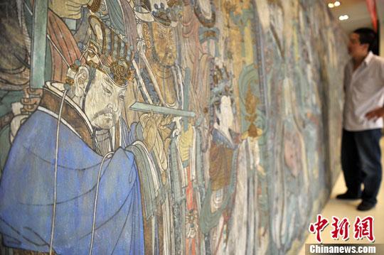 8月2日,永乐宫壁画复制展在山西太原展出,该展品使用沙质画材创作,纹理凹凸有致,画工精妙,并有原始壁画的底料质感,仿佛实景。中新社发 韦亮 摄