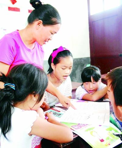 石仙花辅导学生做作业。光明日报记者 郭俊锋摄