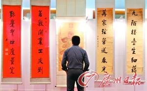 观众在观看展品。记者骆昌威摄