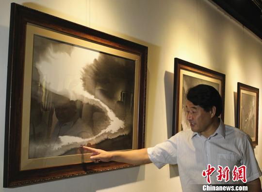 市民欣赏艺术家官画作。 周毅 摄