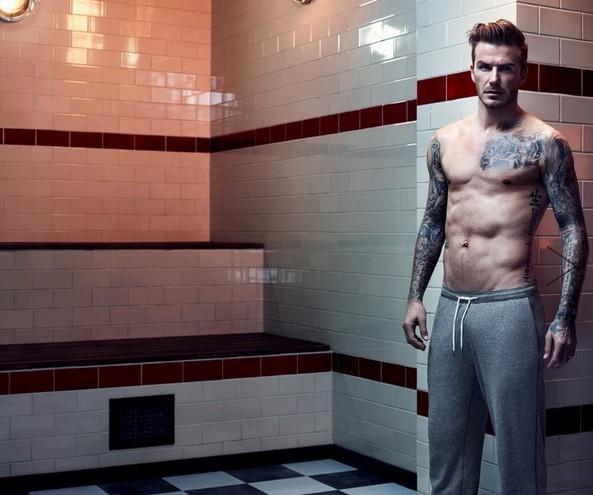"""近日,英國""""萬人迷""""球星大衛·貝克漢姆半裸上陣,為知名品牌拍攝一系列秋季內衣廣告,大秀性感紋身和健碩肌肉,盡顯成熟男士魅力。拍攝期間,貝克漢姆僅穿一條內褲,半裸上鏡大秀健碩肌肉,霸氣紋身一覽無余。雖然已經37歲,這位""""萬人迷""""擺出一些較為成熟保守的造型,不過看上去依舊魅力無限、帥氣十足。"""