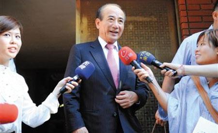 9月11日,王金平前往国民党考纪会时回答记者提问。新华社发