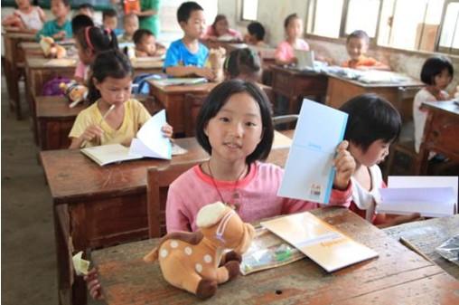 拿到崭新的课本,孩子们露出的欣喜的笑容
