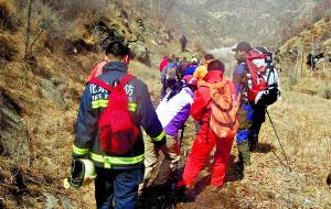 救援队员搀扶驴友下山。 通讯员 王策 摄.jpg