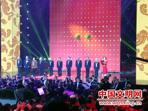 主持人李梓萌在宣读颁奖词。中国文明网 侯海英 摄