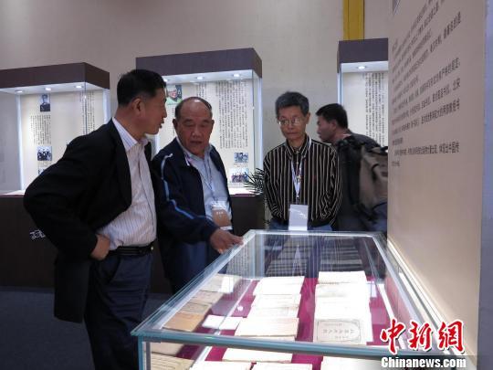 中华全国集邮联合会副会长刘佳维(左一)与书信藏家仇润喜(左二)在展览现场 何俊波 摄