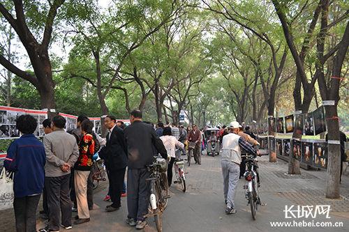 唐山首届摄影文化艺术节上川流不息的人群。长城网 肖曼 摄