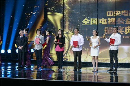 全国电视公益广告大赛创意脚本组评审主席丁俊杰为获奖者颁奖