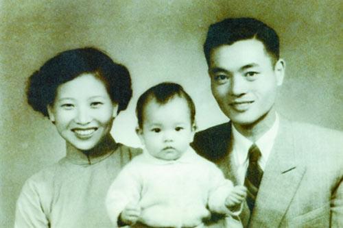 赵小兰1岁时在台湾与父母合影