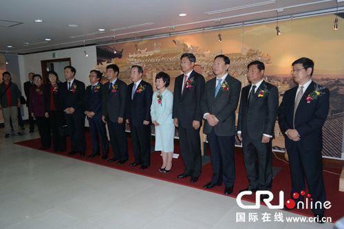 """中韩两国人士共同出席""""中华牌楼展""""开幕式。"""