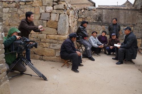 摄制组在山东乳山采访当年的支前民工