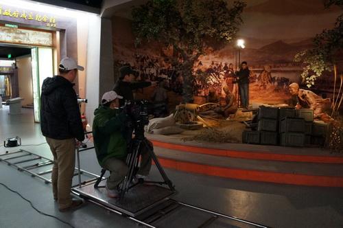 摄制组在山东省政府旧址纪念馆采景