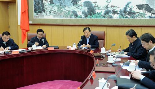 11月24日,中共中央政治局常委、中央党的群众路线教育实践活动领导小组组长刘云山在北京主持召开中央和国家机关教育实践活动中央督导组组长座谈会。新华社记者 张铎 摄
