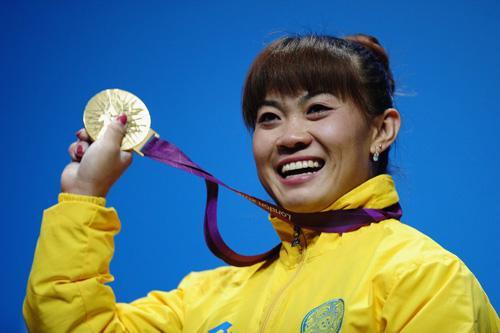 2012年7月31日,哈萨克斯坦选手马内扎获得伦敦奥运会女子举重63公斤级金牌。(图片来自网络)