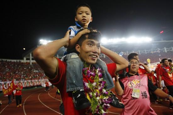郑智和儿子庆祝恒大亚冠夺冠