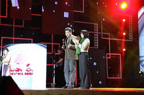 科教频道《北京凹头蚁》荣获最佳摄影奖,摄影师葛松上台领奖