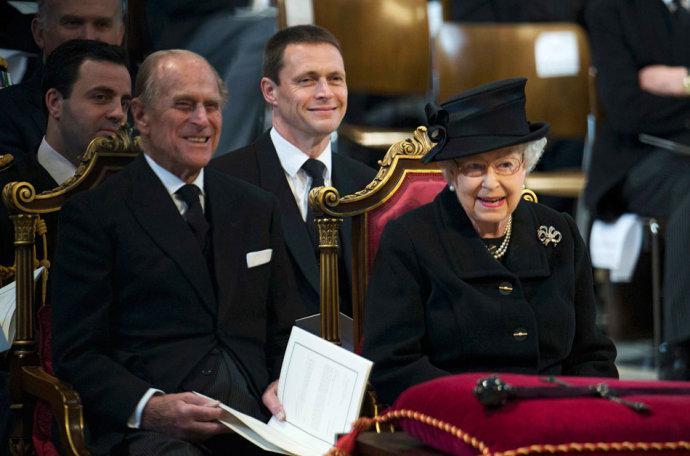 (撒切尔夫人葬礼上的伊莉莎白二世和菲利普亲王。)