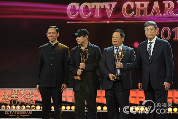 获奖者壹基金一家人代表李连杰、曹德旺