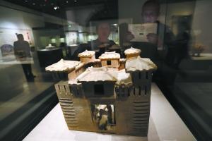 昨天上午,市民在广州文物瑰宝展上观看东汉时期的陶土城堡。本报记者 孙戉摄