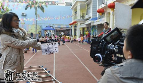 摄影师庄锐、场记郭艺与制片主任李思祥在拍摄现场