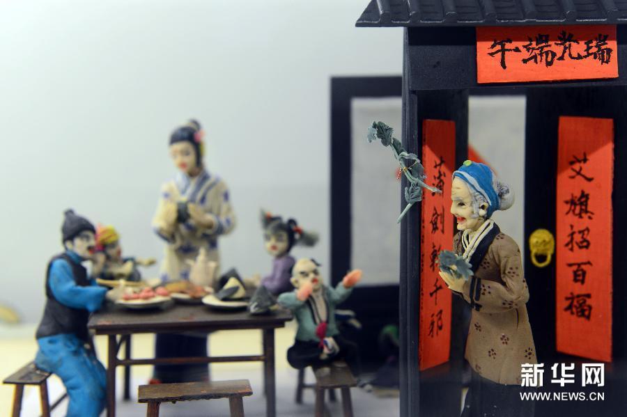 (3)这是在济南市趵突泉公园民俗文化街拍摄的展现端午节节庆习俗的面塑(1月6日摄)。