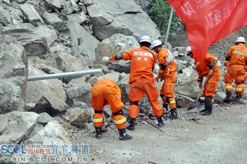 芦山地震-搜救被困人员