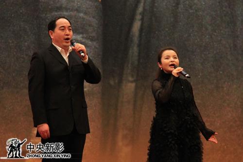丝瓜成版人性视频app歌唱家吴碧霞和文刚演唱影片的主题曲《新红旗颂》