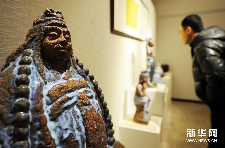 (2)1月9日,参观者在欣赏陶瓷作品。