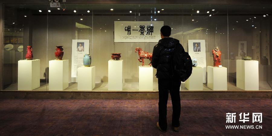 (3)01月9日,参观者在欣赏陶瓷作品。