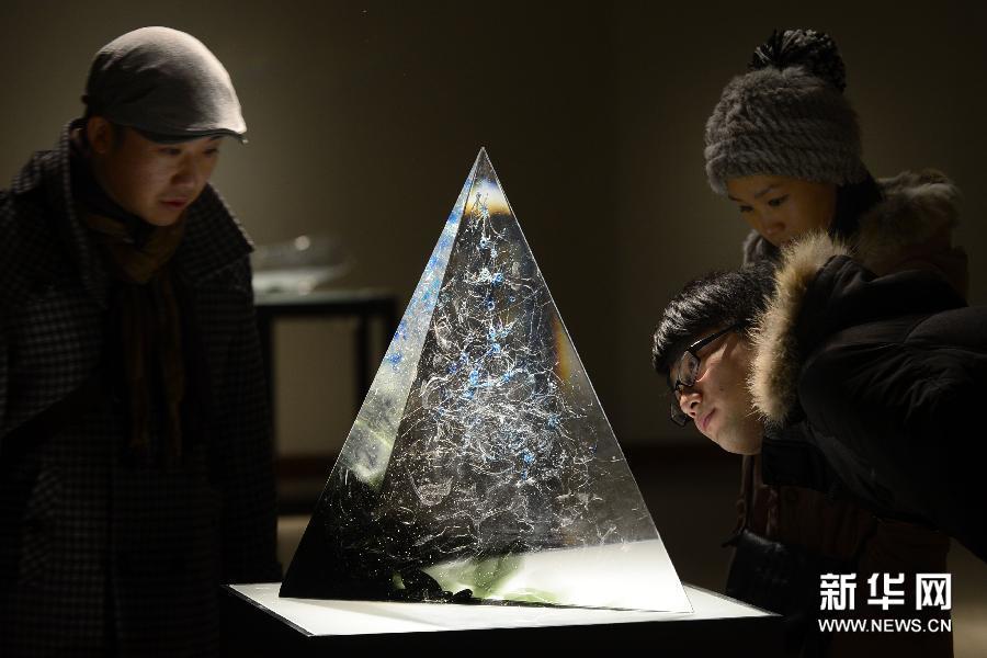 (3)1月13日,在杭州中国美术学院美术馆,参观者在欣赏艺术家秦岭的锻造玻璃艺术作品《夏山》。
