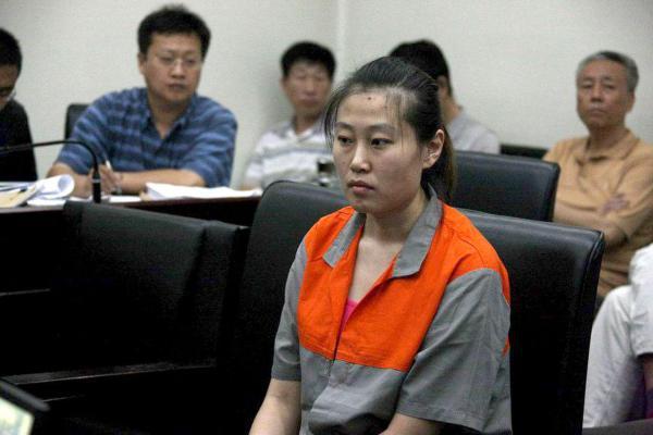 """2013年12月17日,备受关注的空姐韩国代购""""走私""""案在北京市第二中级人民法院重审宣判。最终,北京二中院以走私普通货物罪判处前空姐李晓航有期徒刑3年,并处罚金4万元。2012年9月,李晓航曾被法院认定逃税百万余元,被判处有期徒刑11年。"""