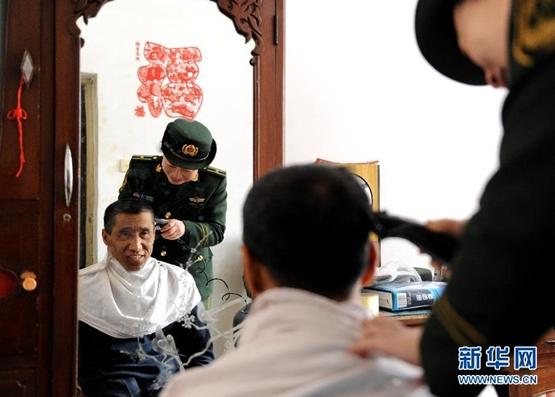 جنود صينيون يوفرون مستلزمات العيد للمحتاجين