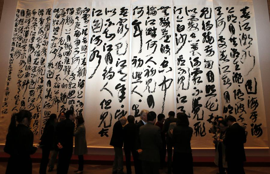 (1)1月21日,观众在香港文化中心参观大型书法作品《春江花月夜》。