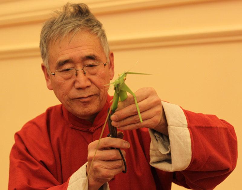 民间艺术家王庆有可以利用池塘边常见的蒲草,编织各种小动物。
