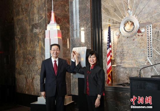 إضاءة مبنى إمباير ستيت في نيويورك لاستقبال عام الحصان القمري الصيني