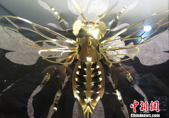 台湾剪纸艺人洪新富作品《蜂》. 黄水英 摄
