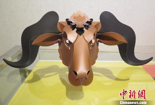 台湾剪纸艺人洪新富作品《牛》。 黄水英 摄