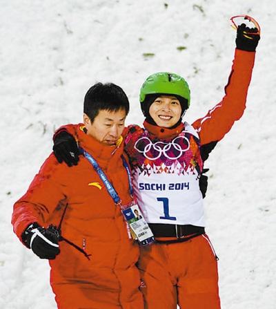 李妮娜(右)在摔倒后被教练扶出赛场,她向观众微笑致意。