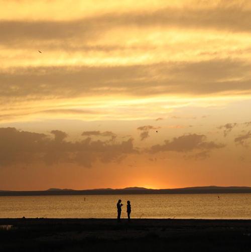 傍晚,一对恋人在美丽的湖畔约会