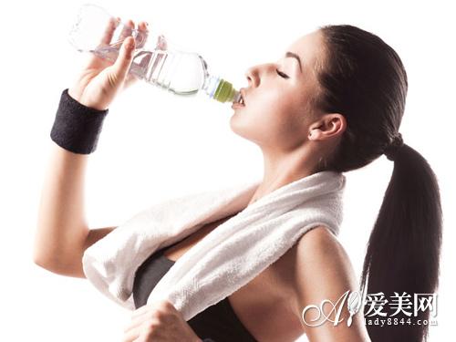 喝出水嫩好皮肤! 13个饮水方法 补水美颜