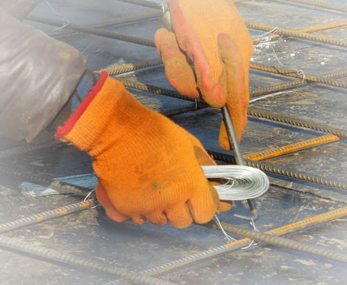 在建筑工地上正在施工的一双手