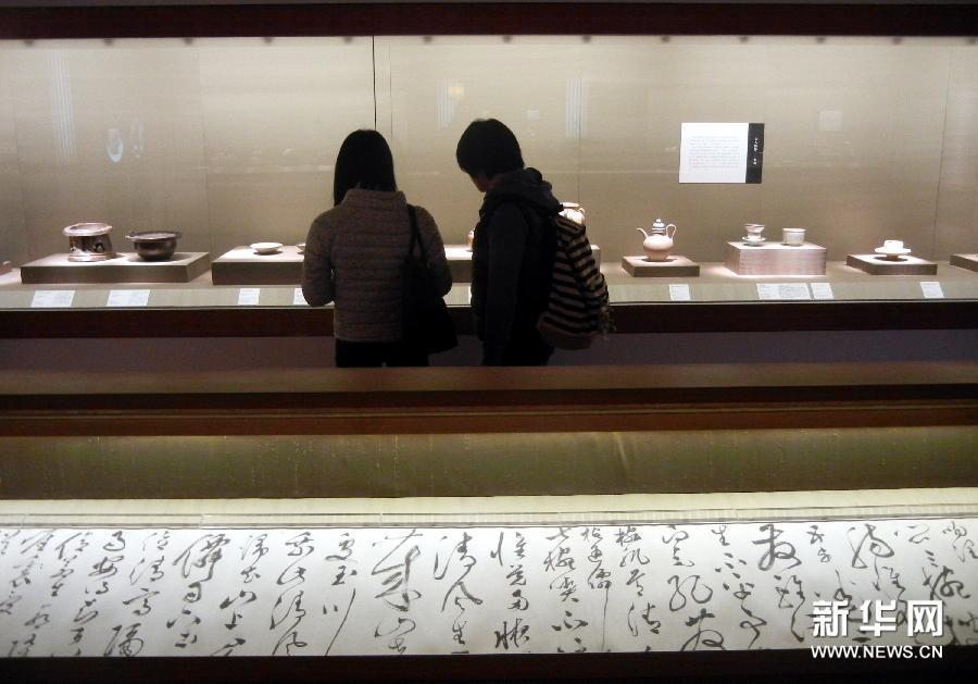 (1)3月4日,参观者在苏州博物馆观赏茶具展品。